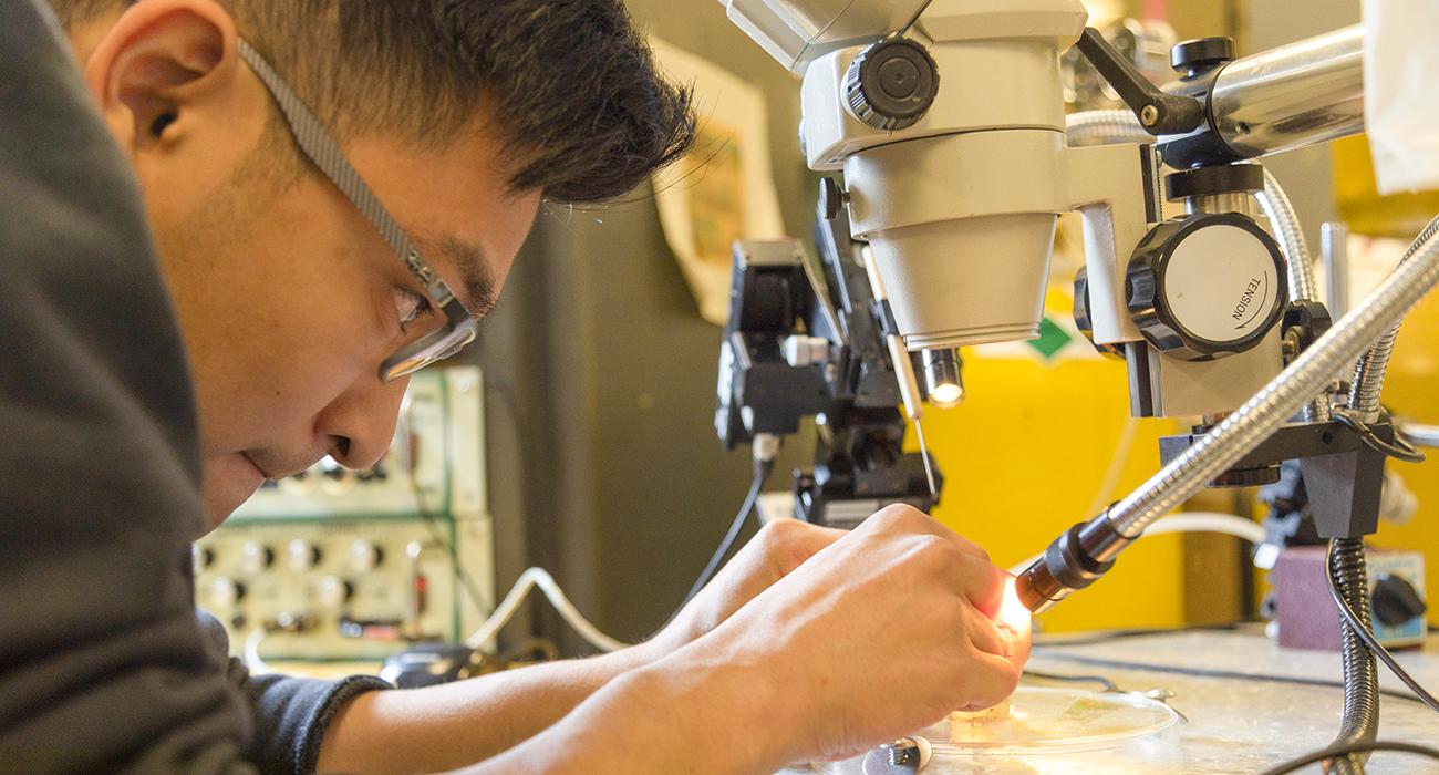 Kisho Fukuoka working in a lab.